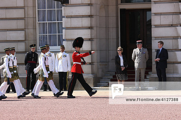 Ehrengäste nehmen die Parade der Royal Guard und Malaysische Garde ab  London  England  Großbritannien  Europa
