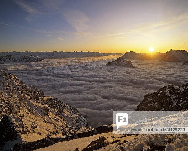 Blick vom Karwendel  Nebelmeer  Sonnenuntergang im Wettersteingebirge  Tirol  Österreich