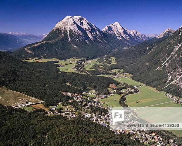 Oberleutasch und Weidach  Hohe Munde und Mieminger Kette  rechts Wettersteingebirge  Tirol  Österreich