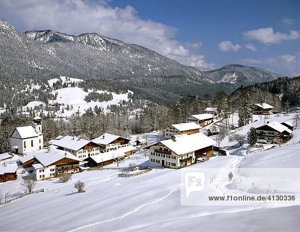 Wamberg mit Estergebirge  Bauernhäuser  Winter  Oberbayern  Bayern  Deutschland