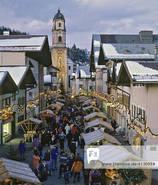 Christkindlmarkt in Mittenwald  Pfarrkirche St. Peter und Paul  Oberbayern  Bayern  Deutschland Christkindlmarkt in Mittenwald, Pfarrkirche St. Peter und Paul, Oberbayern, Bayern, Deutschland