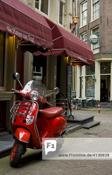Motorroller am Straßenrand. Amsterdam  Niederlande.