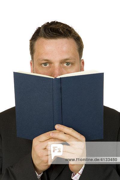 Geschäftsmann  40-jährig  hält ein Buch