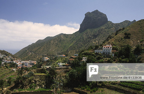 Dorf Vallehermosa vor dem Roque Cano  La Gomera  La Gomera  Kanarische Inseln  Spanien