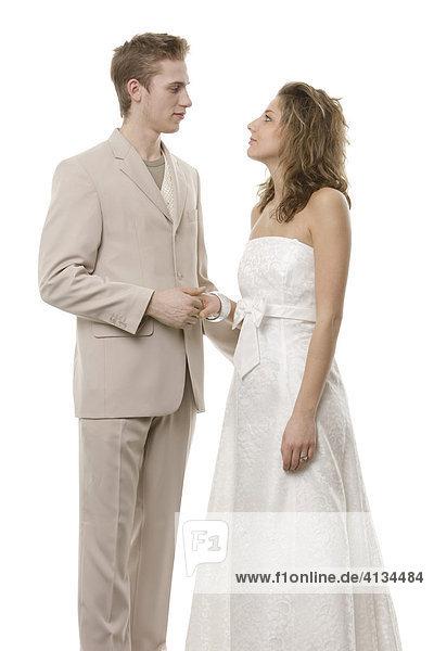 Junges Paar in festlicher Kleidung