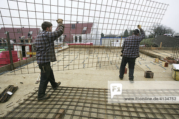 Stahlbetonbauer montieren Betonstahlmatten für ein Wohnhaus  Essen  Nordrhein-Westfalen  Deutschland