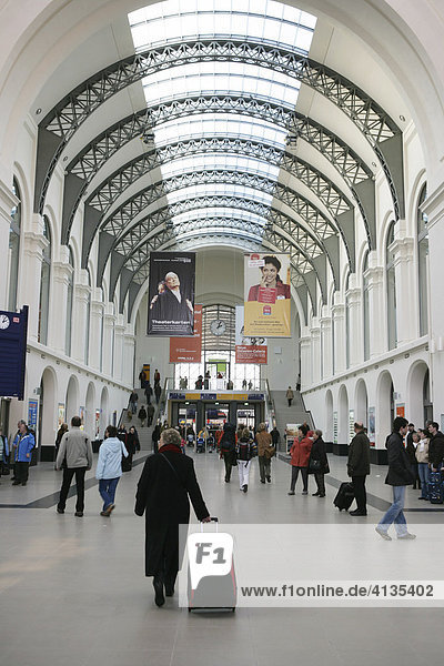 Der renovierte Hauptbahnhof  Empfangshalle  Dresden  Sachsen  Deutschland