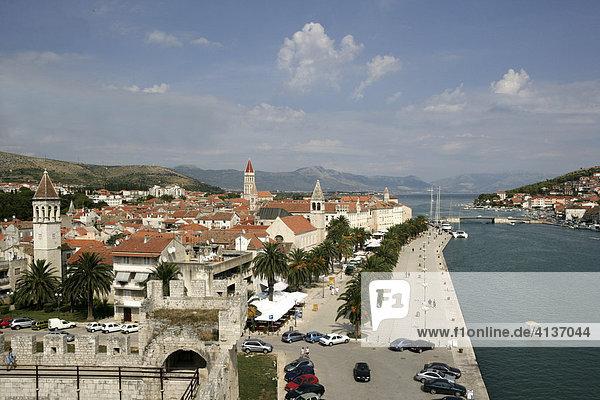 Hafenpromenade  Inselstadt Trogir  Dalmatinische Küste  Mittel-Dalmatien  Kroatien