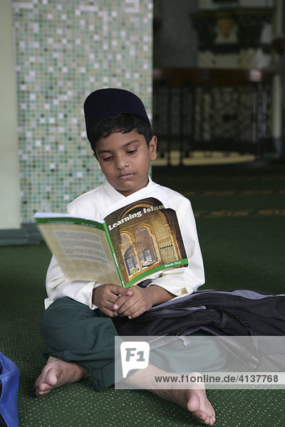 SGP Singapore: Abdul Gafoor mosque in Little India Koran lessons for boys. |