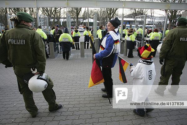 DEU  Bundesrepublik Deutschland  Dortmund  22.03.2006 : Polizeieinsatz beim Fussball Freundschafts Laenderspiel D-USA in Dormtund  im Westfalenstadion - Signal Iduna Park.