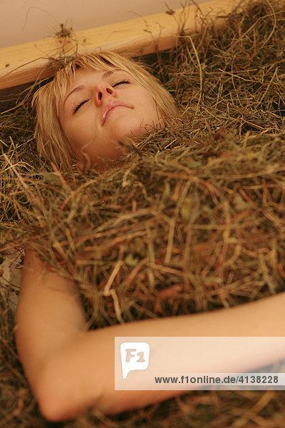 AUT  Oesterreich  Neustift-Milders  Stubaital: Wellness. Junge Frau in einem Spa  Wellnessbereich. Heubad. Wellnesshotel Milderer Hof.