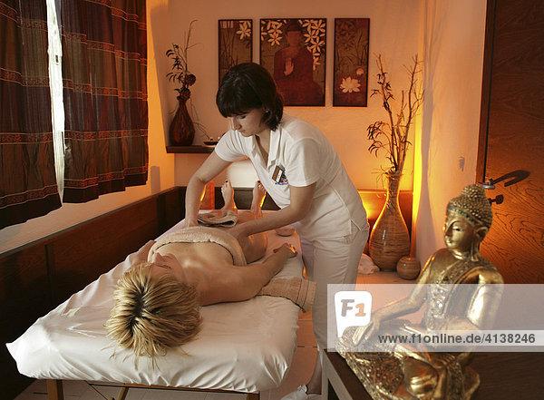 AUT  Oesterreich  Neustift-Milders  Stubaital: Wellness. Junge Frau in einem Spa  Wellnessbereich. Ayurvedische Massage. Wellnesshotel Milderer Hof.