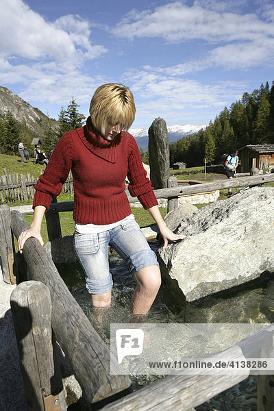 AUT  Oesterreich  Fulpmes  Stubaital: Alpen- Wellness. Erlebnisweg bei der Schlickeralm. Im Wald  am Waxeck  Kneipp Becken.