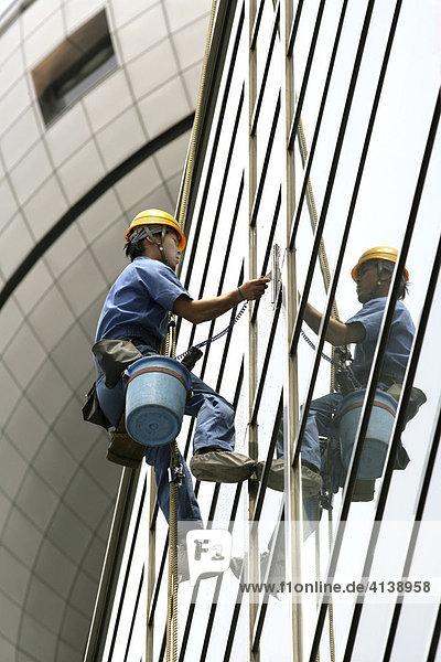Fensterputzer  Glasfassade eines Hochhauses  Tokio  Japan  Asien