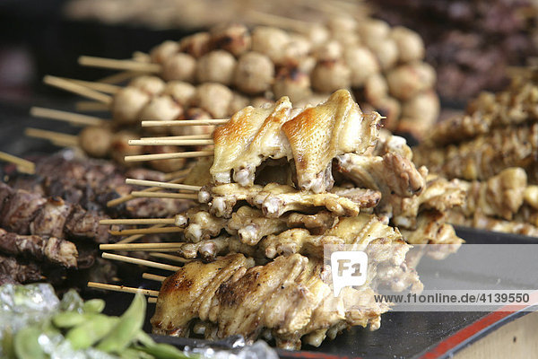 Strassenstand verkauft auf einem Volksfest typisch japanische Snacks  verschiedene Fleischspiesse  Tokio  Japan  Asien