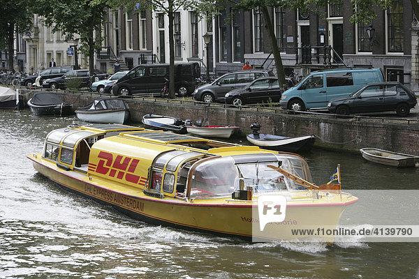 Grachtenboot der Logistikfirma DHL auf einer Gracht. Amsterdam  Niederlande