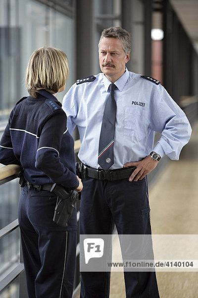 Polizei NRW  seit dem 03.12.07 tragen 1400 Polizei Beamte und Beamtinnen der Schutzpolizei neue blaue Uniformen  Düsseldorf  Nordrhein-Westfalen  Deutschland
