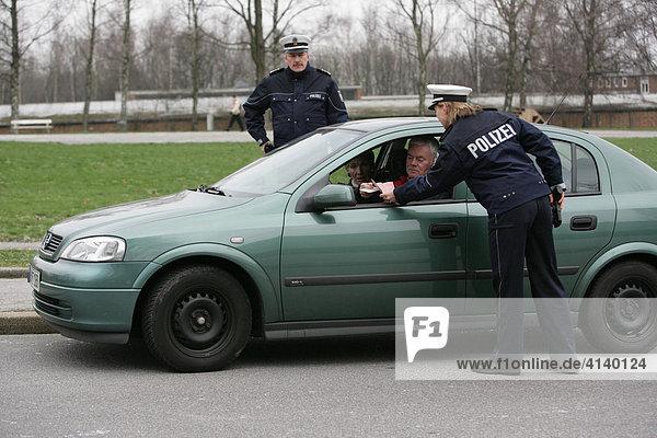 Fahrzeugkontrolle  Polizei NRW  seit dem 03.12.07 tragen 1400 Polizei Beamte und Beamtinnen der Schutzpolizei neue  blaue Uniformen. Düsseldorf  Nordrhein-Westfalen  Deutschland