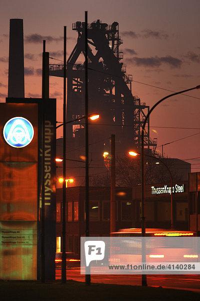Hüttenwerk von ThyssenKrupp Steel in Duisburg-Bruckhausen. Auf einem 9 Quadratkilometer grossem Werksgelände betreibt der Thyssenkrupp Konzern 4 Hochofen fuer die Roheisengewinnung insgesamt 11.5 Mio. Tonnen jährlich. Hier Hochofen 4 an der ThyssenKrupp Steel Verwaltung Kaiser-Wilhelm-Strasse  Duisburg  Nordrhein-Westfalen  Deutschland  Europa Hüttenwerk von ThyssenKrupp Steel in Duisburg-Bruckhausen. Auf einem 9 Quadratkilometer grossem Werksgelände betreibt der Thyssenkrupp Konzern 4 Hochofen fuer die Roheisengewinnung insgesamt 11.5 Mio. Tonnen jährlich. Hier Hochofen 4 an der ThyssenKrupp Steel Verwaltung Kaiser-Wilhelm-Strasse, Duisburg, Nordrhein-Westfalen, Deutschland, Europa