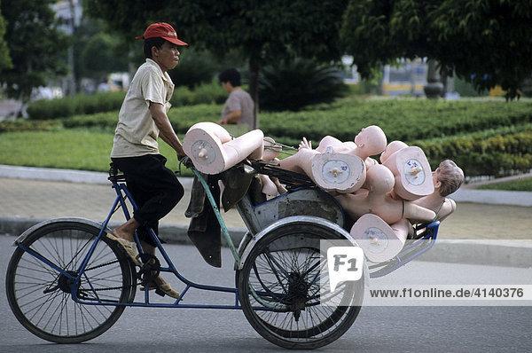 Mopeds und Rikschas transportieren alles in Ho-Chi-Minh-Stadt (Saigon)  Vietnam  Asien