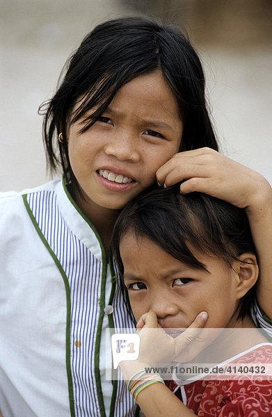 Kinder am Strand an der Song Cai-Mündung  Nha Trang  südliche Zentralküste  Vietnam  Asien