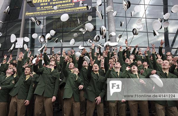 Vereidigung von 184 Kommissaranwärterinnen und 316 Kommissaranwärtern der Polizei NRW  Jahrgang 2007  in der Köln Arena  Köln  Nordrhein-Westfalen  Deutschland  Europa
