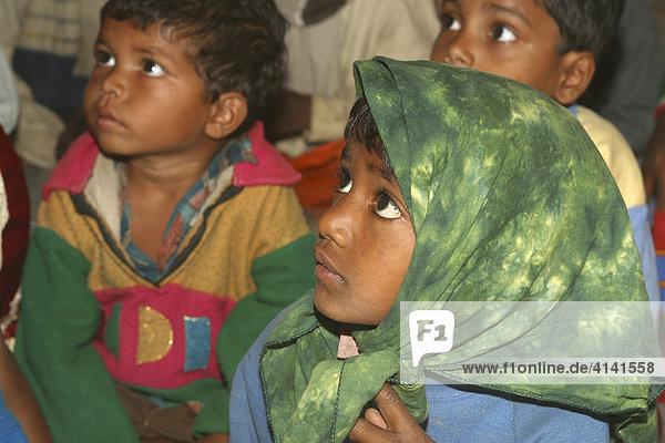 Aufmerksamer kleiner Junge im Kindergarten Shishu Vikas Kendra  Westbengalen  Indien