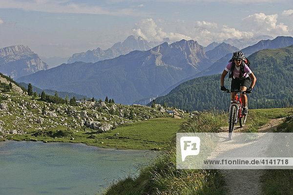 Mountainbikerin am Valparola Pass  Lago di Valparola  Dolomiten  Italien