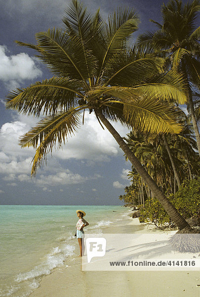 Junge Frau am Sandstrand mit Palmen auf Bangaram Island  Lakkadiven  Indien