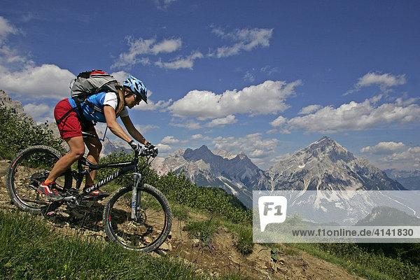 Mountainbike-Fahrerin mit Monte Antelao im Hintergrund  Dolomiten  Italien