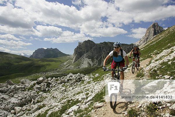 Mountainbike-Fahrerinnen am Forcella Ambrizzola  Dolomiten  Italien