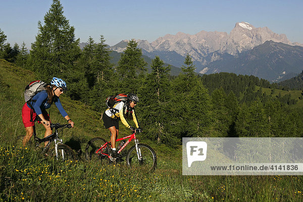 Mountainbike-Fahrerinnen mit Marmolada im Hintergrund  Dolomiten  Italien