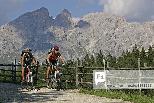 Mountainbike-Fahrerinnen beim Schiller Hof mit Blick auf Rosengarten  Dolomiten  Italien