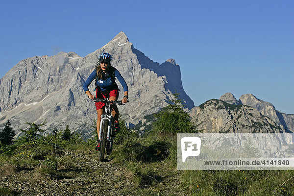 Mountainbike-Fahrerin  mit Civetta im Hintergrund  Dolomiten  Italien