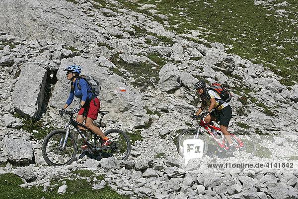 Mountainbike-Fahrerinnen  an der Cima d' Ambrizzola  Dolomiten  Italien