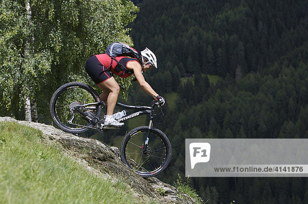 Mountainbikerin am Messner-Hof bei Sarnthein  Sarntal  Südtirol  Italien