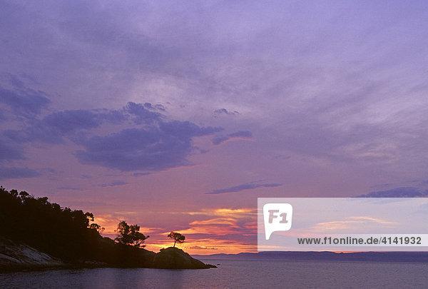 Sonnenuntergang in der Coles Bay  Freycinet Halbinsel  Tasmanien  Australien