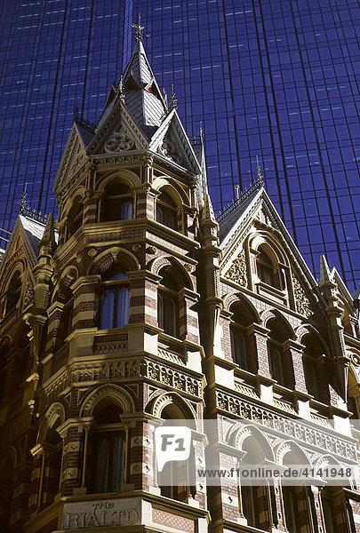 Das Hotel The Rialto vor der Glasfassade der Rialto Towers in Melbourne  Victoria  Australien