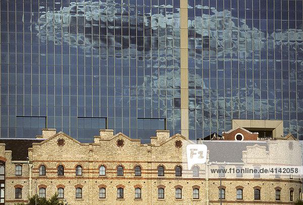 Alte Hafengebäude vor moderner Glasfassade  Darling Harbour  Sydney  New South Wales  Australien