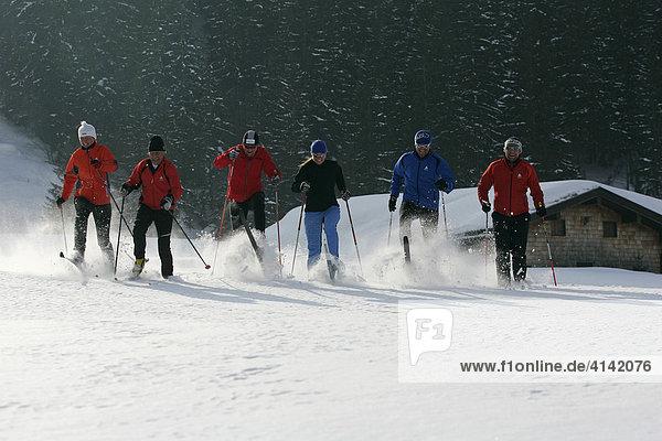 Skilangläufer  in Valepp am Spitzingsee  Oberbayern  Bayern  Deutschland