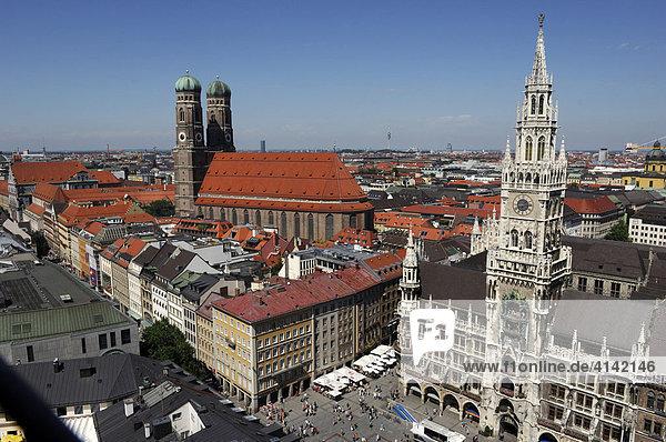 Marienplatz  Rathaus und Frauenkirche in München  Bayern  Deutschland