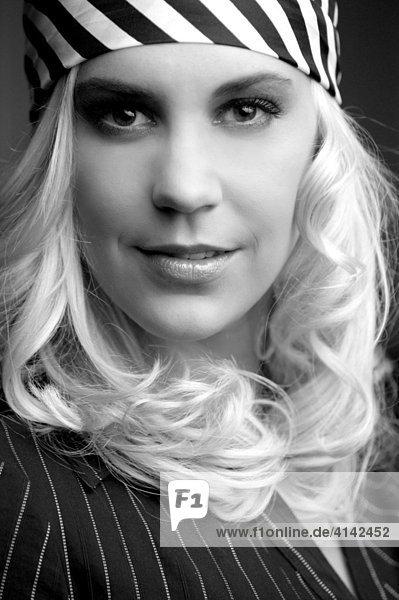Junge blonde Frau  Beauty - Portrait  schwarz-weiß