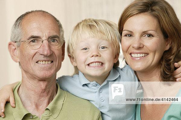 Opa  Tochter und Enkel Familienportrait