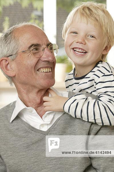 Opa lacht mit Enkel