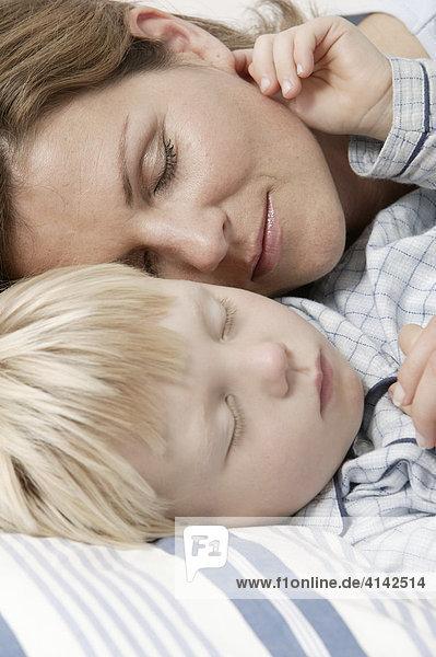 Mutter Und Sohn Schlafen Im Bett Nahaufnahme Ibljro00267128