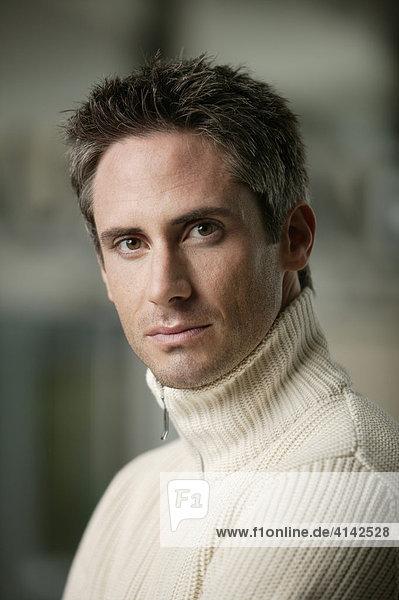 Mann im Pullover