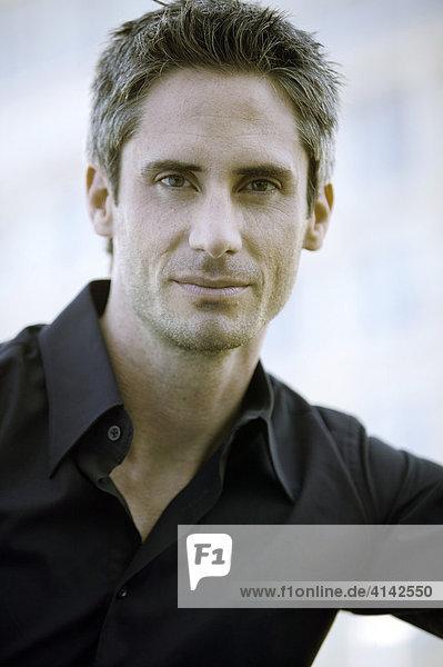 Portrait Mann im schwarzen Hemd