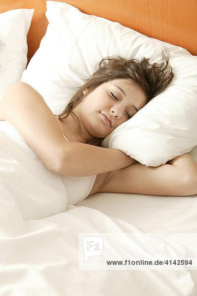Mädchen  17 Jahre  liegt im Bett und schläft