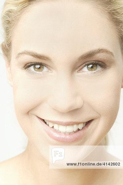 Junge  blonde Frau lächelt  Nahaufnahme  High-Key