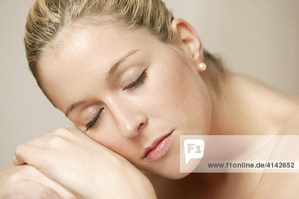 Junge  blonde Frau ruht sich aus  Nahaufnahme
